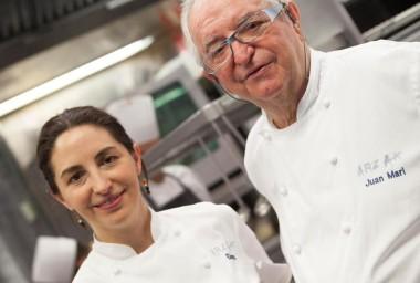 Otec s dcerou v jedné kuchyni