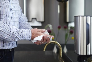 Papírové ručníky porážejí vysokorychlostní osoušeče na plné čáře
