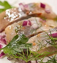 Švédský receptář na víkend: Studený slaneček volejové omáčce