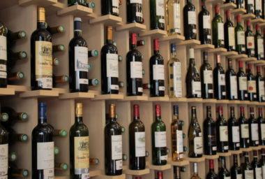 Vybírát víno podle etiket? Jaký je vztah mezi etiketou a obsahem lahve?