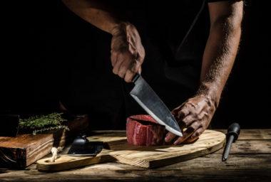 Na ostří nože…