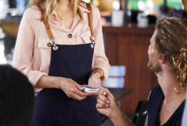 Peníze místo stravenek? Restaurace i firmy stravenkový paušál vítají