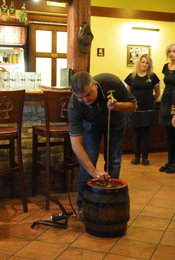 Holba oslaví Den českého piva se svými příznivci. Načepuje jim Svatováclavský ležák