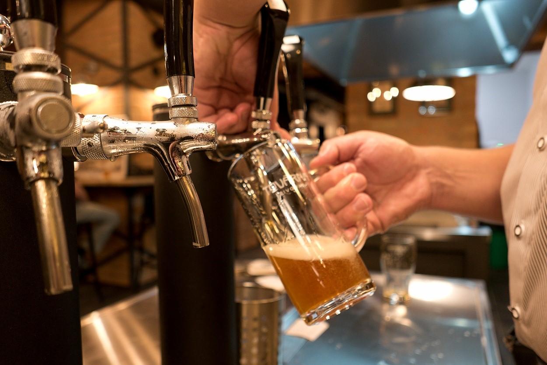 Čeští muži týdně v průměru vypijí takřka osm půllitrů piva, ženy více než dva