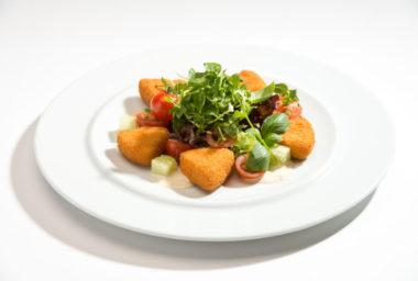 Gastro tip:  Lehký salát se zeleninou a výseči ze Sedlčanského Hermelínu