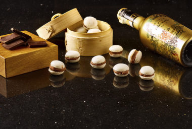 Makrónky s tonka fazolí plněné náplní z čokolády a Baileys