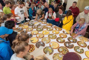 Soutěž frgálů na Karlovském gastrofestivalu vyhrál makový koláč od loňské vítězky