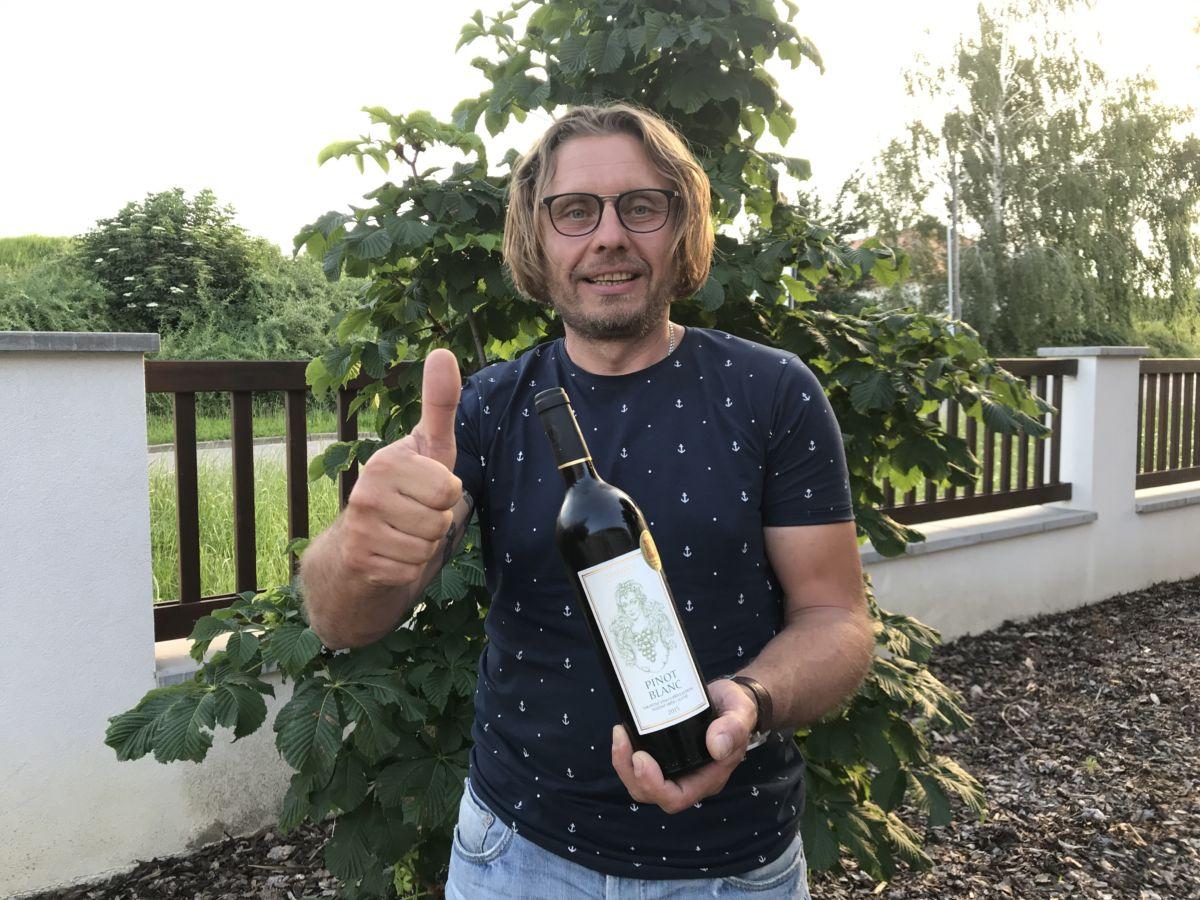 """Šampionem červnového hodnocení vín soutěže """"Suchá vína online"""" se stal Pinot Blanc zTřebívlic"""