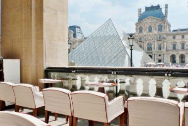 Zákazník v Paříži zastřelil číšníka, když mu dlouho nenesl objednávku.