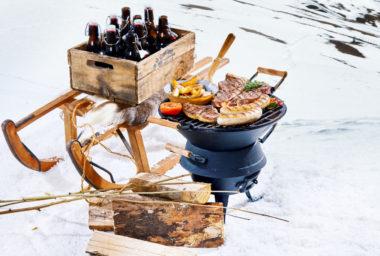 Zimní grilování má své kouzlo. Jak se dobře připravit na zimní grilovací party?