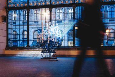 Absolut oživuje pražské Masarykovo nádraží instalací  z 562 recyklovaných lahví od umělkyně Radky Salcmannové