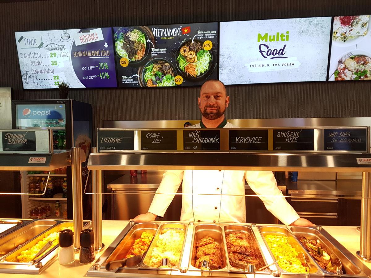 Fastfoodový koncept Multifood otevírá svoji největší restauraci v Praze. Každý den nabídne přes třicet jídel za jednotnou cenu a bez polotovarů