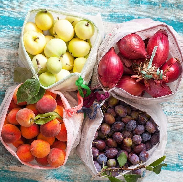 Potravinové sáčky: Češi v nich kromě jídla nosí hračky, kosmetiku i špinavé ponožky
