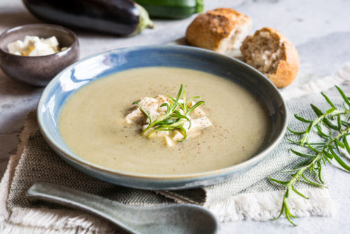 Krémová polévka z pečeného lilku s balkánským sýrem